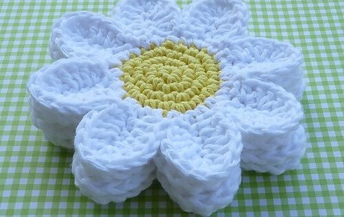 crochet daisy coasters | the crochet space