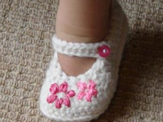Lazy Daisy Crocheted Baby Girl Shoes | the crochet space