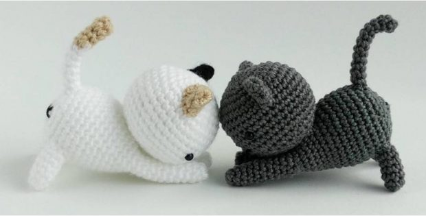 cute crocheted playing cats | the crochet space