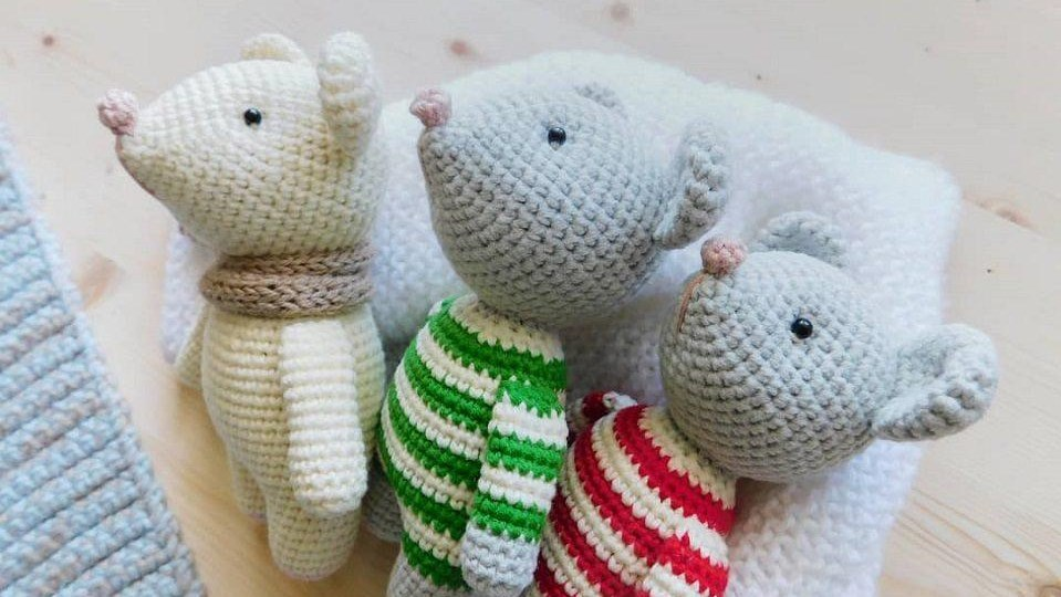 Lisa the crochet mouse - A free crochet pattern. Yarnhild.com | 540x959