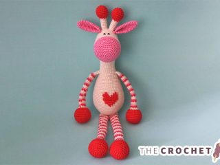 Adorable Hearty Crocheted Giraffe || thecrochetspace.com