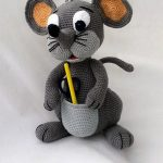 Amigurumi Patty Pocket Mouse. Grey stand up mouse with front pocket || thecrochetspace.com