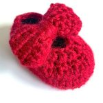 Baby Crochet Ruby Shoes. One shoe with red bow on || thecrochetspace.com