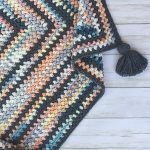 Beanie Crochet Baby Blanket. Multicolored baby blanket with tassel || thecrochetspace.com