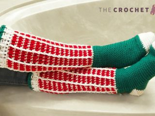 Christmas Crochet Knee Socks || thecrochetspace.com