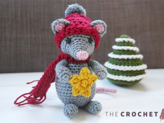 Christmas Crochet Star Mouse || thecrochetspace.com