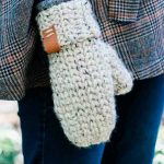 180 Minutes Crochet Mittens. One mitten in oatmeal color || thecrochetspace.com