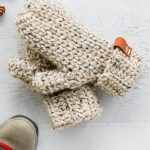 180 Minutes Crochet Mittens. Two mittens on top of each other, in oatmeal yarn || thcrochetspace.com