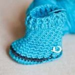 Crochet Baby Snow Boots. Side View. Similar to wellington boots. Crafted in bluie || thecrochetspace.com