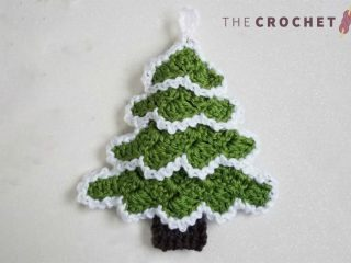 Crochet C2C Holiday Ornament || thecrochetspace.com