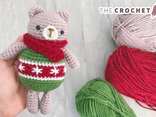 Crochet Christmas Ornament Bear || thecrochetspace.com