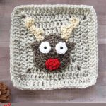 Crochet Christmas Rudolf Applique. Crafted on top of a beige plain Granny Square. Rudolf with red nose and beige antlers || thecrochetspace.com