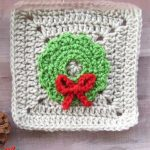 Crochet Christmas Wreath Applique. Crafted on a beige, plain Granny Square. Green wreath with red bow || thecrochetspace.com