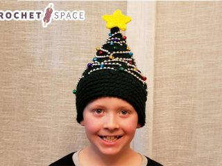 Crochet Christmas Tree Hat || thecrochetspace.com