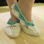 Crochet Crocodile Stitch Slipper Socks. Crafted in white with blue accent edging || thecrochetspace.com