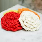 Crochet Flower Face Cleansing Pads. Crafted in shape of roses. 3x, one cream and one red and one orange || thecrochetspace.com