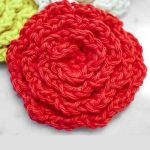 Crochet Flower Face Cleansing Pads. Close up of red rose scrubber || thecrochetspace.com