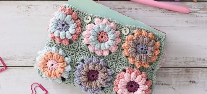 Crochet Flower Power Bag || thecrochetspace.com