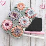 Crochet Flower Power Bag. Crafted in soft pastel colors. Clutch bag || thecrochetspace.com