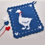 Crochet Goose Hot Pad. With 3 colored hearts at the side in red, white and blue    thecrochetspace.com