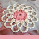 Crochet Lace Flower Motif. White outer part with pink center || thecrochetspace.com