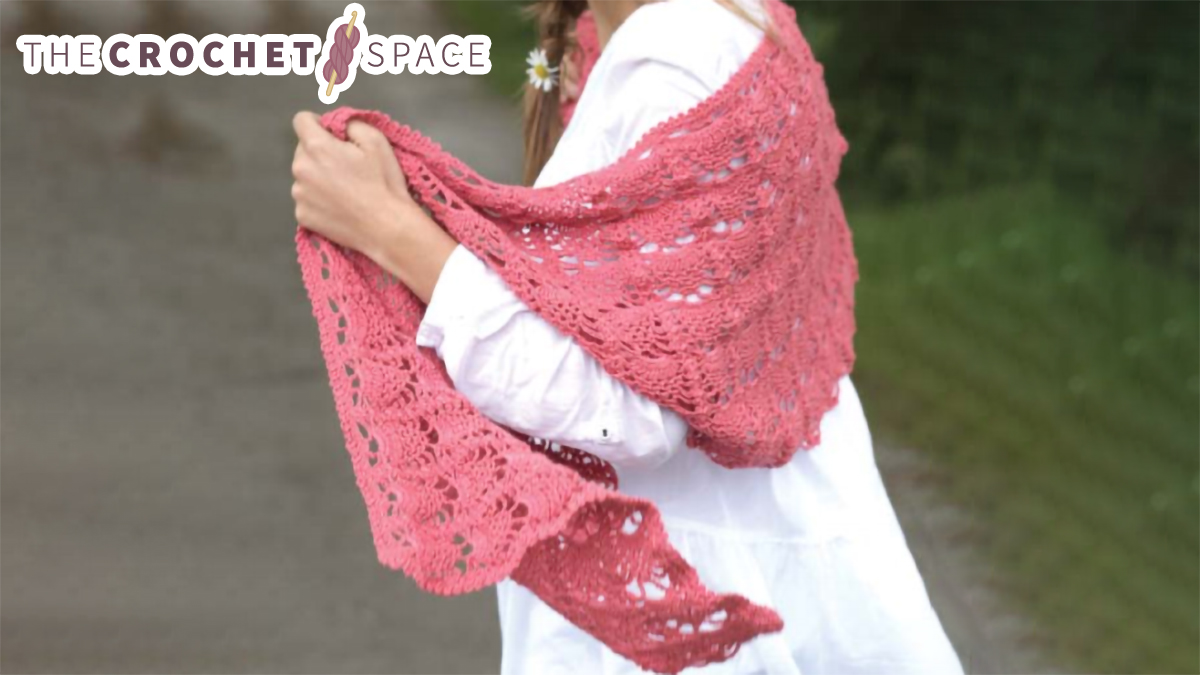 Crochet Pineapple Lace Shawl || thecrochetspace.com