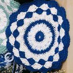 Crochet Shells Pot Holders. Crafted in navy and white with scalloped edge ||| thecrochetspace.com