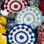 Crochet Shells Pot Holders. 3x round pot holders in different colors || thecrochetspace.com