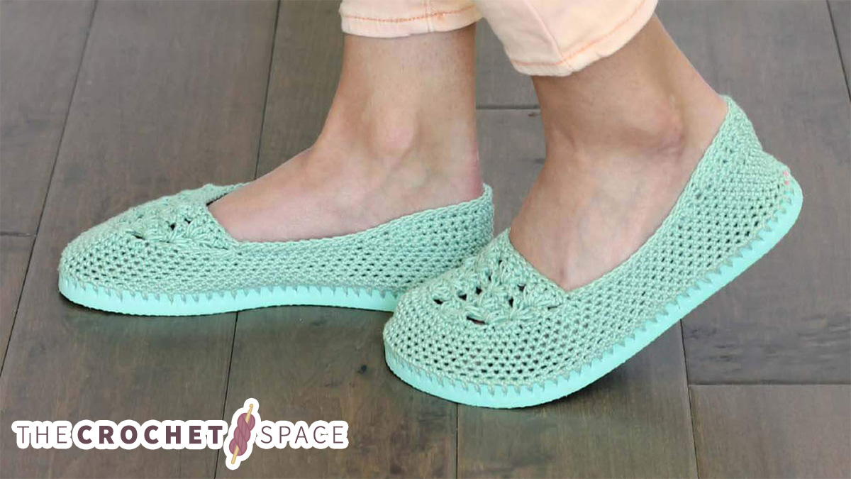 Crochet Slippers With Flip Flop Soles || thecrochetspace.com