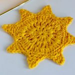 Crochet Summer Sun Coasters. One image only. Completely yellow || thecrochetspace.ñcom
