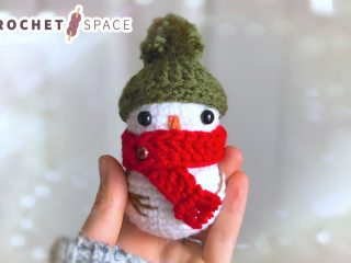 Crochet Winter Mini Snowman || thecrochetspace.com