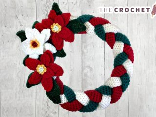 Crocheted Braided Christmas Wreath || thecrochetspace.com