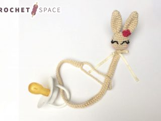 Crocheted Bunny Pacifier String || thecrochetspace.com