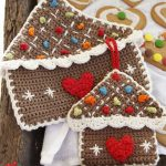 Crocheted Gingerbread Pot Holders. Hanging gingerbread houses with white and multicolored accents || thecrochetspace.com