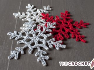 Crocheted Snowflake Accent Pattern || thecrochetspace.com