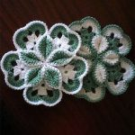 Crocheted Starburst Hotpad. Crafted in green and white in a flower head shape || thecrochetspace.com