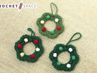 Crocheted Wreath Ornaments || thecrochetspace.com
