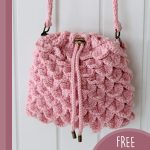 Crocoldile Drawstring Crochet Bag. Close up of pink bag || thecrochetspace.com