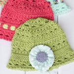 Cute Crochet Cloche Hat. Two hats, one in pink with ribbon and one in green with accent flower || thecrochetspace.com
