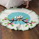 owl crocheted baby blanket. Crafted in white and blue with colorful owl in the center || thecrochetspace.com