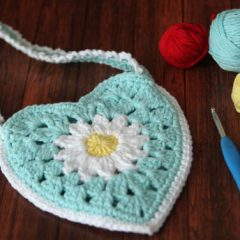 Daisy Heart Crochet Bag | thecrochetspace.com