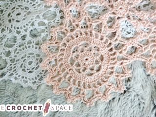 Delicate Dinky Crochet Doilies || thecrochetspace.com