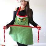 Easy Adult Christmas Apron. Grinch inspired || thecrochetspace.com