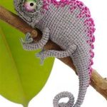Easy Crochet Charlie Chameleon. Grey chameleon with bright pink accents || thecrochetspace.com