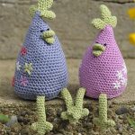 Easy Crochet Chicken Run. Two chicken with thin legs sitting. One in blue and one in pink || thecrochetspace.com
