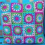 Easy Crochet Granny Pillow. 16 Granny Squares with Crab Stitch Edging || thecrochetspace.com