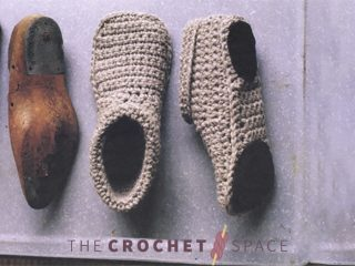 Easy Crochet Slipper Shoes || thecrochetspace.com