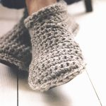 Easy Crochet Slipper Shoes. Close Up Of Crossed Feet In Slippers || thecrochetspace.com