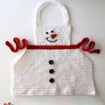 Easy Crochet Snowman Apron. Snowman apron with three black buttons and red tie || thecrochetspace.com