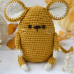 Easy Crochet Wee Mouse. Crafted in a caramel color || thecrochetspace.com